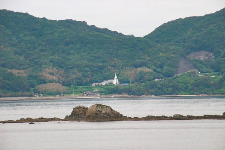 対岸の久賀島にある浜脇教会が見えます。