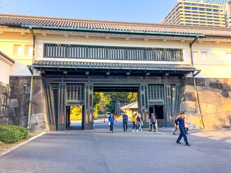 「大手門」:橋を渡ってから道は鍵型に屈曲する桝形形式の城門。江戸城の正門です。