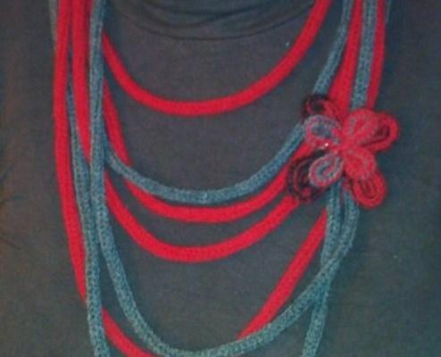 Collier Sautoir rouge et gris en tricotin