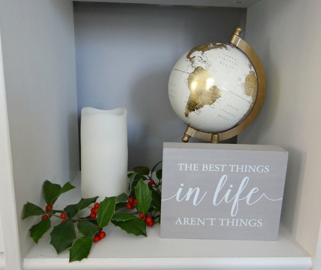 Bookshelf decor for Christmas - Beauteeful Living