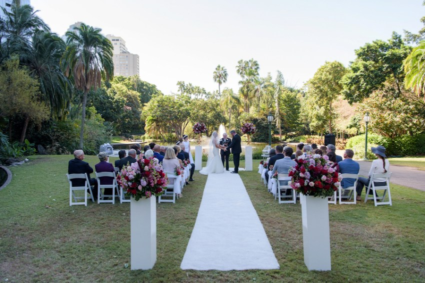 Peta-&-Dave-city-botanic-gardens-wedding-ceremony-styling-white-plinth-podium-gold-urn-fresh-flower-florals-carpet