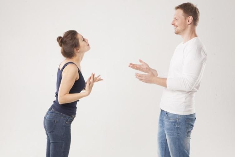 男性に怒る女性