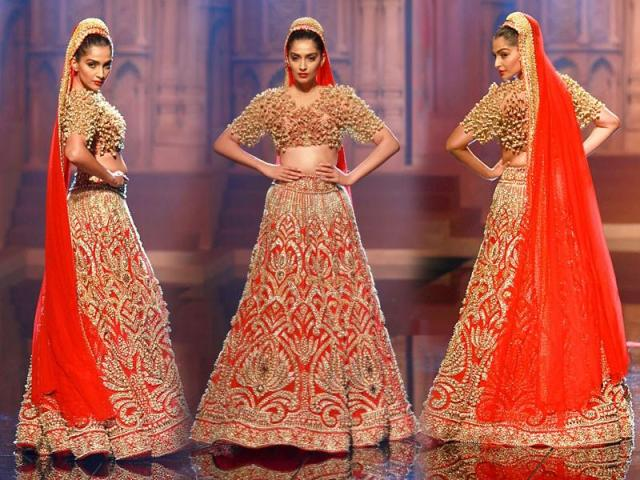 sonam-kapoor-in-abu-jani-sandeep-khosla-at-india-fashion-week-2015