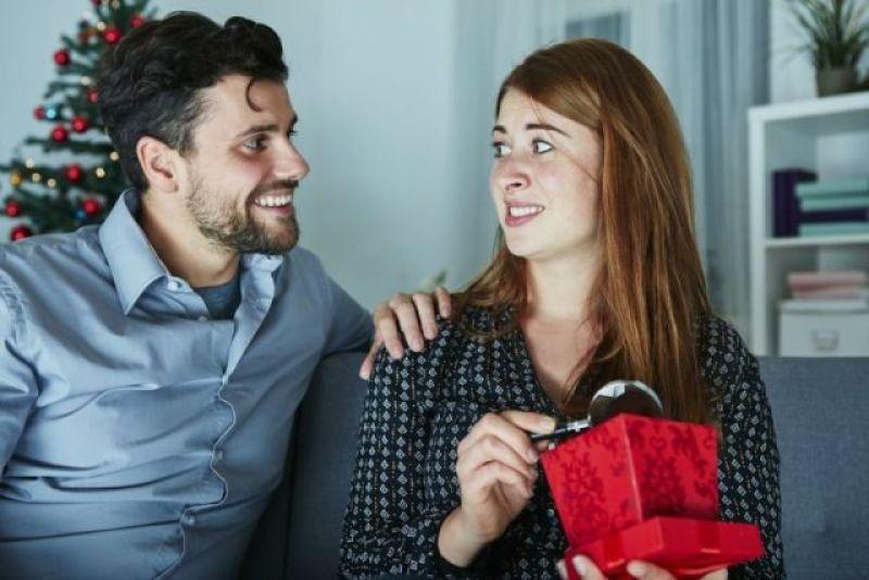 Vrouw krijgt een cadeau waar ze niet heel blij mee is. Bron: Shutterstock
