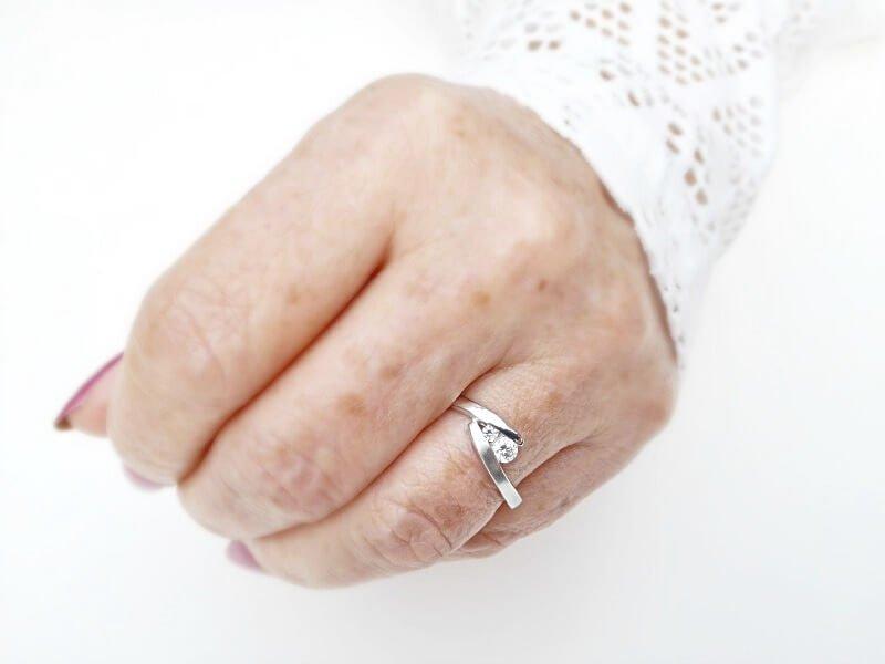 Zilveren ring met 2 witte zirkonia stenen