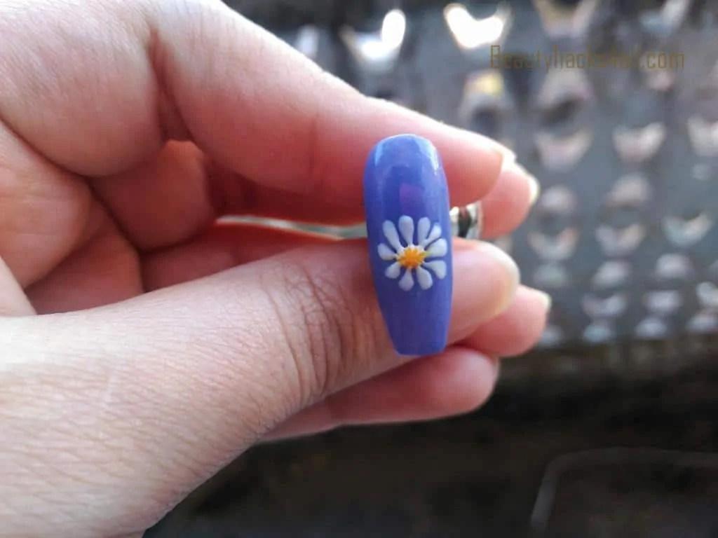 Daisy nail art step 5