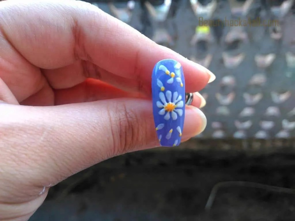filling Daisy nail art step 4