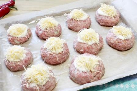 Котлеты под сыром в духовке - пошаговый рецепт с фото ...