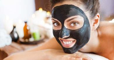 Deep cleansing with a black face mask for blackheads