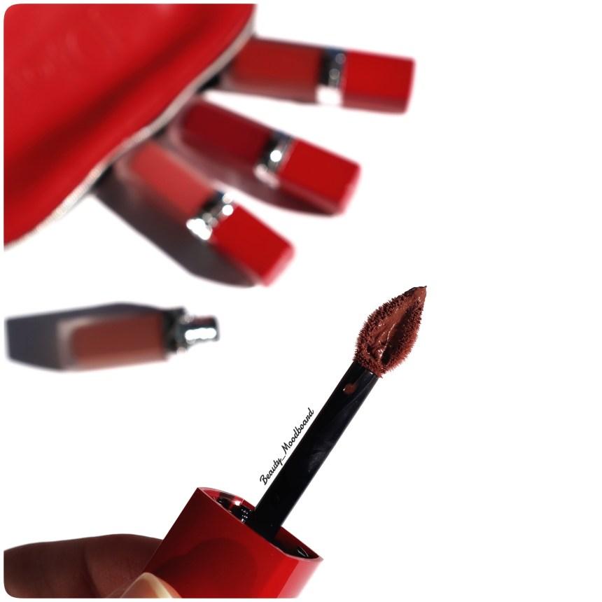 Détail du pinceau applicateur Dior en forme de pétale avec réservoir couleur Nude 736