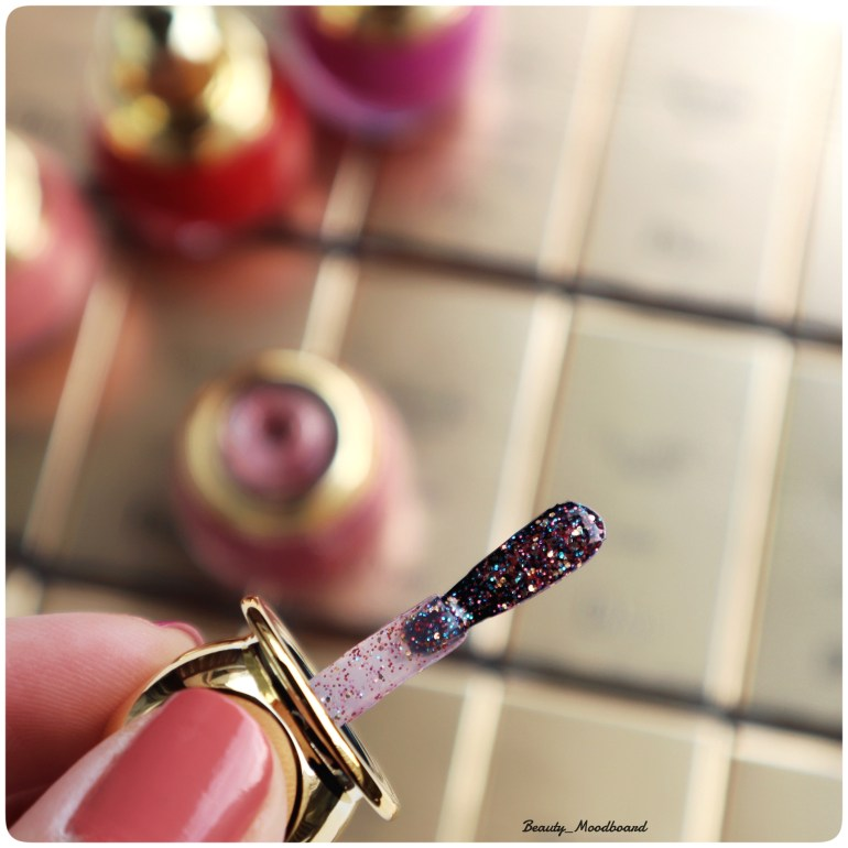 Zoom sur le pinceau du Top Coat Diorific Happy 2020 mix de micro paillettes colorées