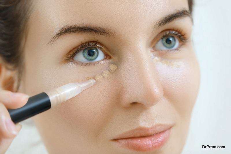 covering blemishes and acne scars using concealer