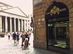 Il punto vendita in Piazza Pantheon