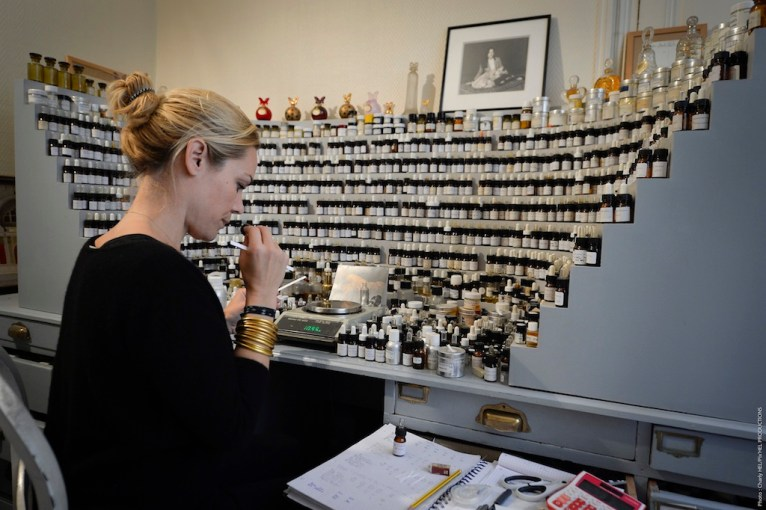 Camille Goutal nel suo laboratorio