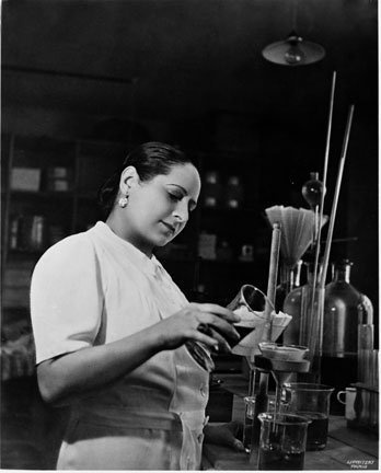 helena-rubinstein-in-lab