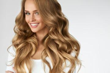 wesoła blondynka