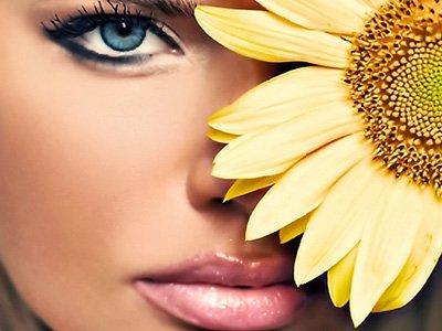 umalowana kobieta z kwiatem