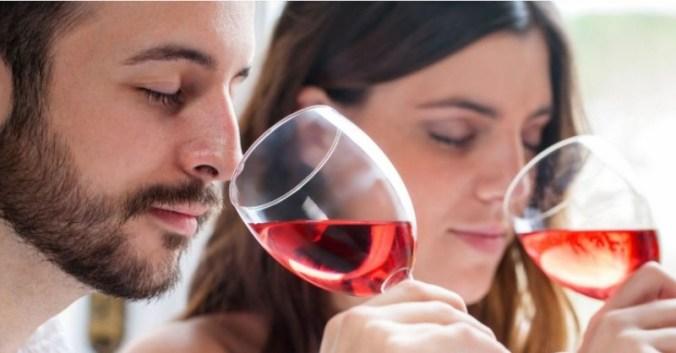 verre vin couple heureux