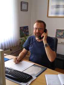 Helmut Müller am Telefon der Hotline.