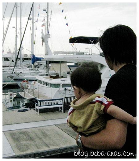 Alif and ayah berangan naik bot tu..