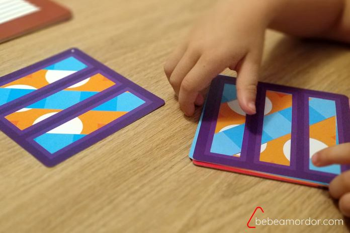 manos de niño colocando capas