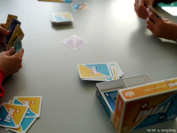 jugando a ¡Mía! juego de cartas