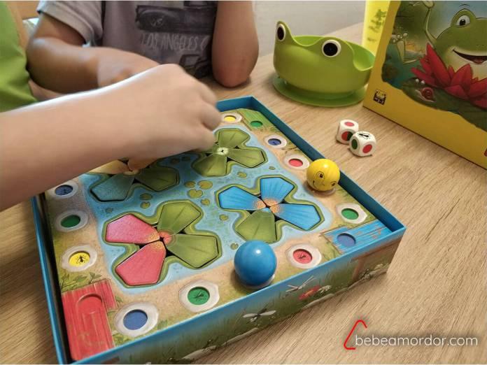 Niños jugando a Ranas Saltarinas.