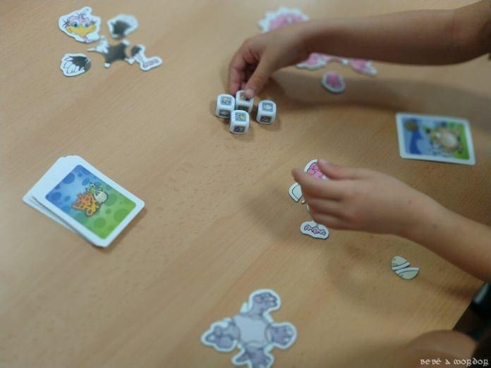 ordenando dados en juego de mesa Baby Dino