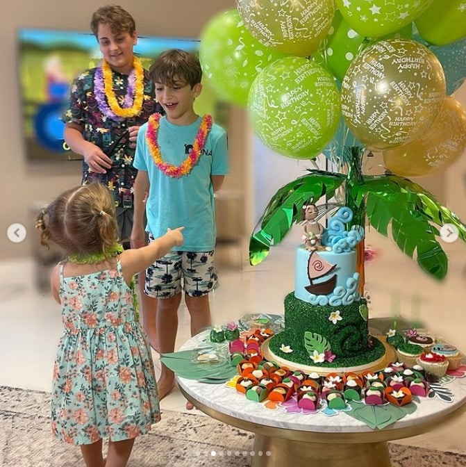 Claudia Leitte showing her daughter's two-year birthday