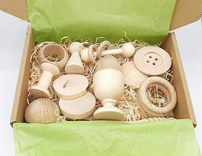 ¿Quieres saber cuáles son los mejores regalos para bebés? Cesto de los Tesoros Montessori, Panera dels Tresors. 14 piezas de madera 100 %