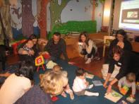 Os bebes gozando da lectura no Bbencontro na Biblioteca Infantil