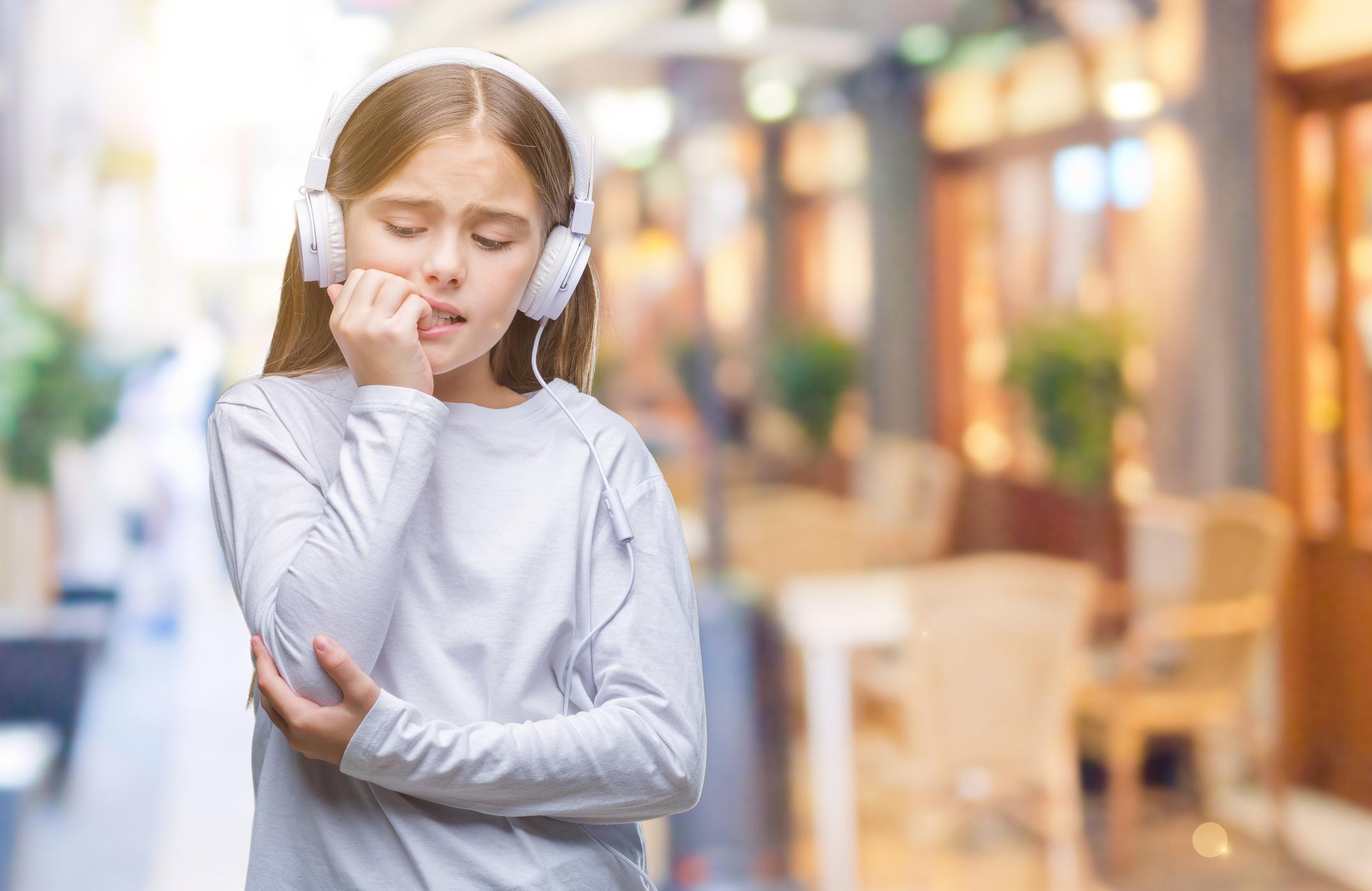 Mit tegyünk, ha rágja a körmét a gyerek?