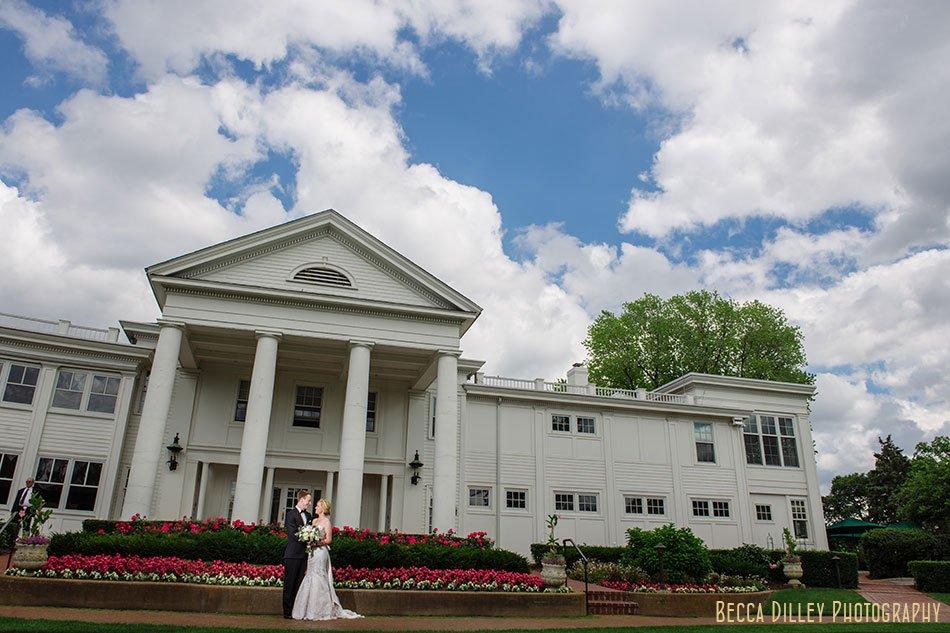 Minikahda Club wedding minneapolis exterior with couple