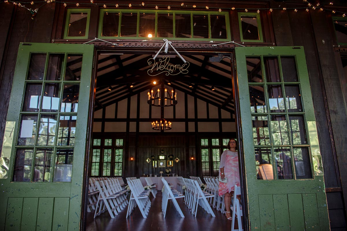 green door of Theodore Wirth Chalet Wedding welcomes guests to the ceremony