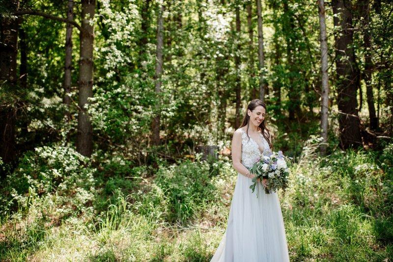 bride with bouquet, mn outdoor wedding