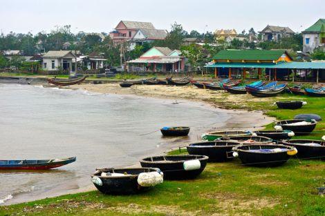 Vävda fiskebåtar i vik vid Cua Tung (söder om tunnlarna i  Vinh Moc). Inte bästa båten vid storm...