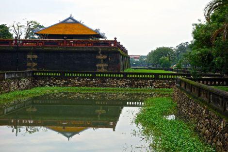 Den gamla stadsmuren i Hue, med kompletterande vallgrav som sig bör.