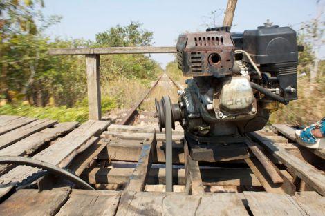 Vår lilla, lilla motor kopplades med en rem direkt till axeln. Kapten var tvungen att stå och spänna monteringen med en pinne hela tiden.