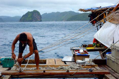 Laga lunch eller fästa tampar, det är frågan. Segling och matlagning pågår parallellt. De gjorde till och med egen pasta på båten. Båtlagat!