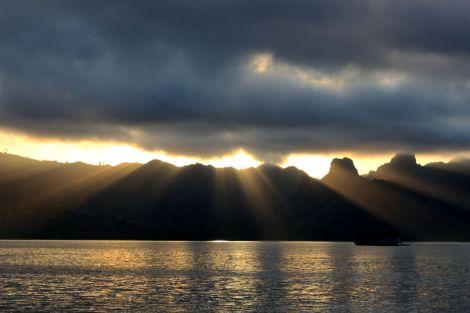 När vi sovit en natt under bar himmel på däck vaknade vi lagom tills solen dök upp igen mellan berg och moln.