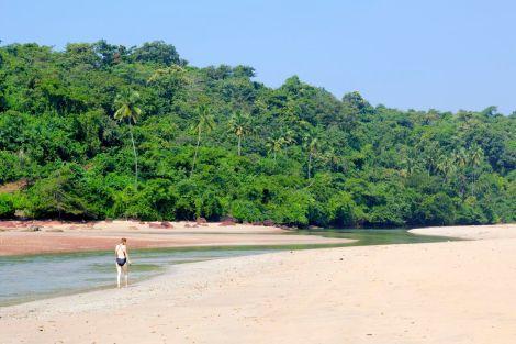 I norra änden av stranden kommer ett litet delta. Lite längre in gömmer sig fiskebåtarna i en naturlig hamn.