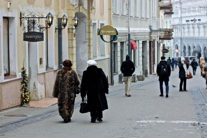 Bästisar på promenad i gamla stan.