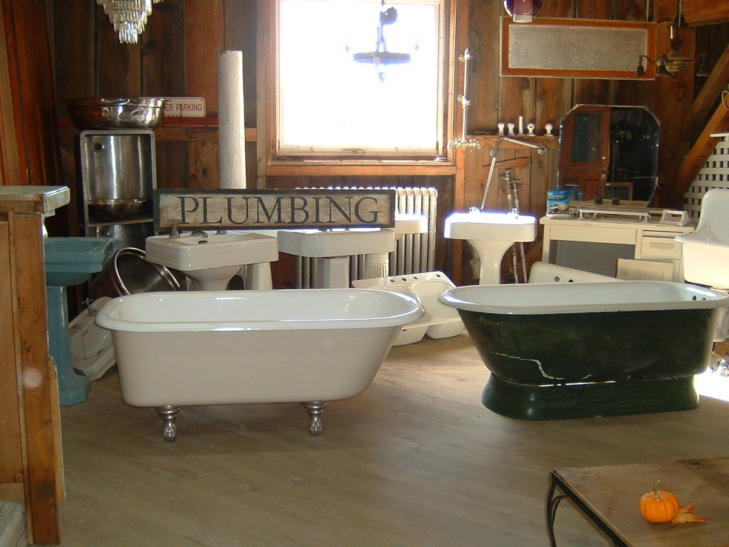 Claw-foot bath tub