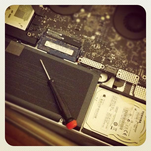 En åben MacBook Pro me en skruetrækker