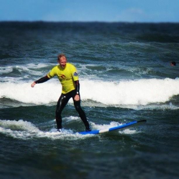 Morten surfer ved Klitmøller
