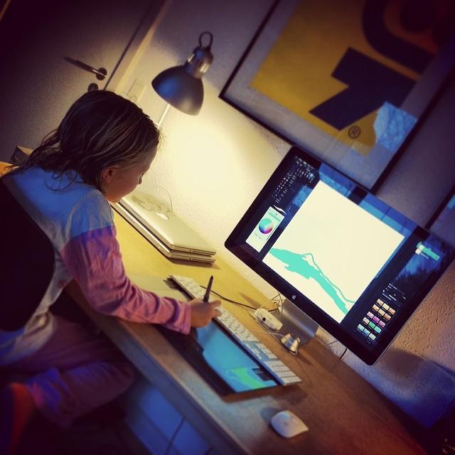 Andrea tegner på computeren
