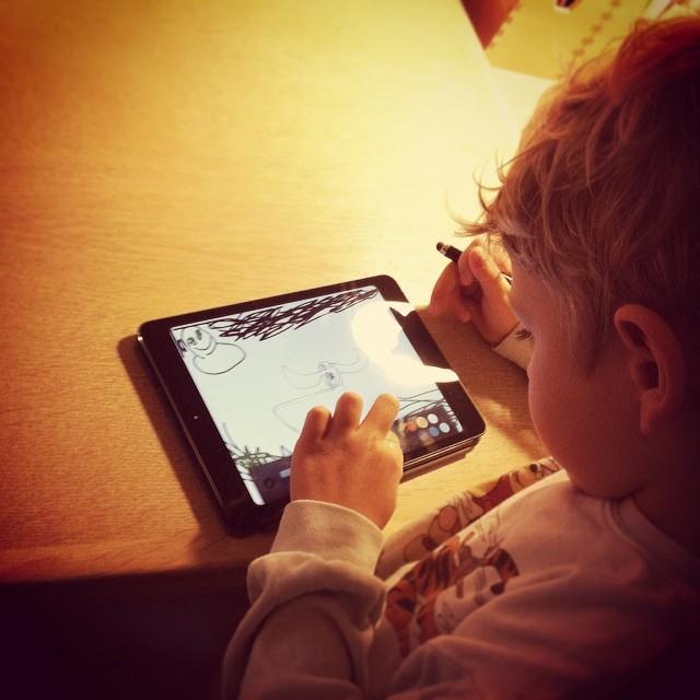 Asger tegner på iPad'en