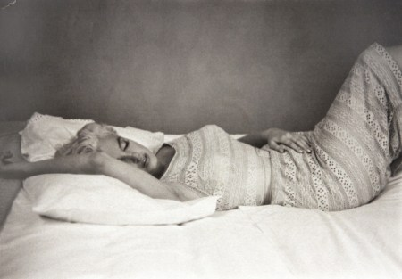 MARILYN-MONROE-RESTING-BEMENT-ILLINOIS-1955-BY-EVE-ARNOLD