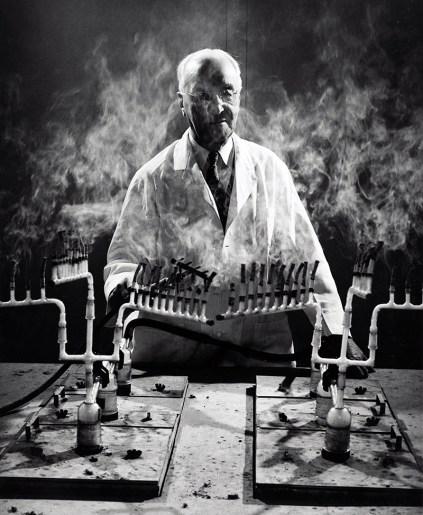 Evarts Graham demonstrates how the smoking apparatus was used