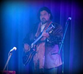 Alan Parsons playin' guitar!